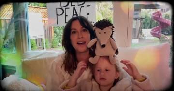 """'Happy Xmas (War is over)"""": Alanis Morissette canta la mitica canzone di John Lennon"""