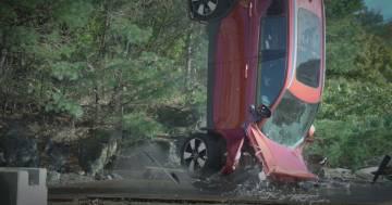 Il video dei crash test di Volvo: le auto cadono da un'altezza di 30 metri