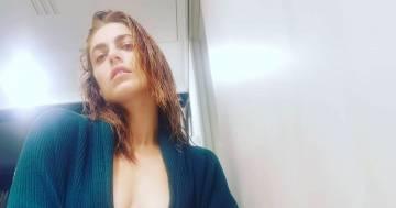 Miriam Leone fa perdere la testa ai fan: sotto il maglione niente