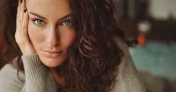 Elegante e sensuale, il nuovo look di Paola Turani fa impazzire i fan