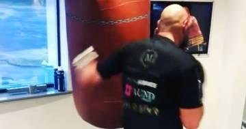 Esagera e distrugge il tetto della palestra: il video del campione Tyson Fury è incredibile