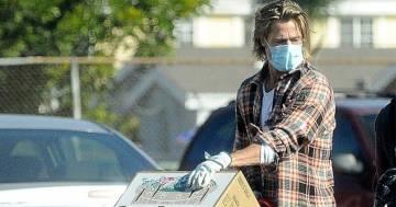 Brad Pitt consegna frutta e verdura in incognito, ma le foto fanno il giro del web
