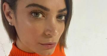 Elodie stupisce i fan con capelli lisci e vestitino arancione