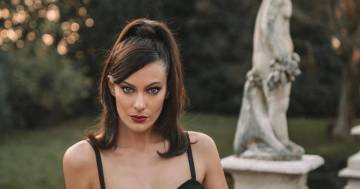 Paola Turani conquista i follower con un elegante tubino nero