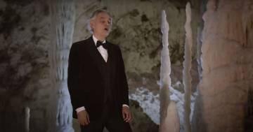 """Andrea Bocelli canta un'emozionante """"Silent night"""" nelle grotte di Frasassi"""