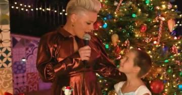 Pink duetta con la figlia Willow: la loro canzone di Natale incanta tutti