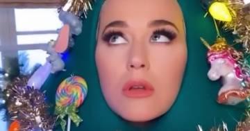 Katy Perry si veste da albero di Natale e lancia un messaggio ai fan