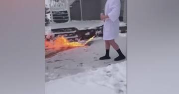 Troppa neve sul vialetto, usa il lanciafiamme per liberarlo