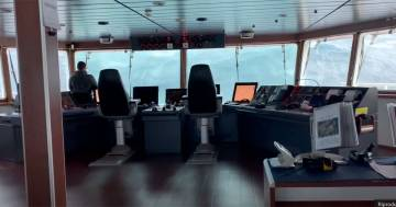 Un'onda mostruosa: la ripresa dentro la nave nel Mare del Nord ricorda 'La tempesta perfetta'