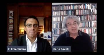 La gatta salta sulla telecamera durante l'intervista a Carlo Rovelli: ecco la sua reazione