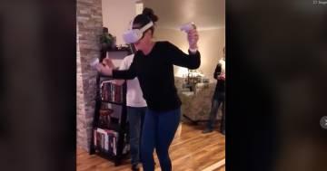 La zia prova la realtà virtuale ma finisce male per l'albero di Natale