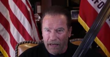 """Arnold Schwarzenegger sfodera la spada di """"Conan il barbaro"""" in un video contro Trump"""