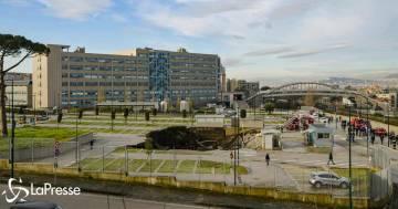 Una maxi voragine nel parcheggio dell'Ospedale del Mare di Napoli: ecco le immagini