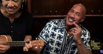 Dwaine Johnson e la mamma cantano una canzone con l'ukulele al Tonight Show