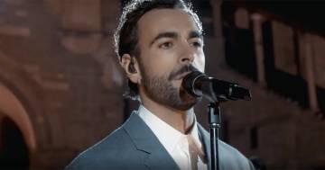 """Marco Mengoni canta """"L'anno che verrà"""" a Bergamo, la sua versione è commovente"""