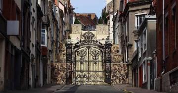 Non è un cancello ma un'incredibile illusione ottica: ecco l'opera dell'artista Borondo