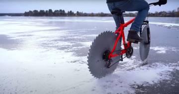 Ecco la bici con le lame della sega circolare al posto delle ruote
