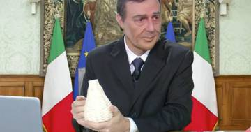 Neri Marcoré imita il premier Mario Draghi: è da standing ovation