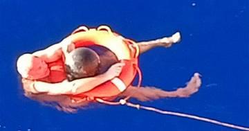 Cade in mare e resta disperso per 14 ore: si salva grazie a una piccola boa