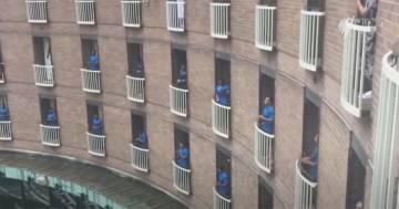 La squadra di rugby in quarantena canta dai balconi per ringraziare l'hotel che li ospita