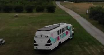 Usa, lasciano tutto per vivere viaggiando a bordo di uno scuolabus