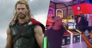 Chris Hemsworthsfida la sua controfigura al punchball del luna park