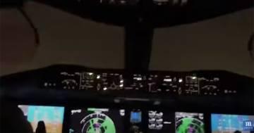 Il fulmine colpisce l'aereo in volo: le immagini dalla cabina di pilotaggio sono incredibili