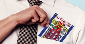 Perde il biglietto vincente della lotteria, ma poi lo ritrova nel parcheggio