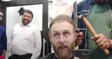 Fuoco, martello e mannaia: questo parrucchiere usa metodi davvero assurdi