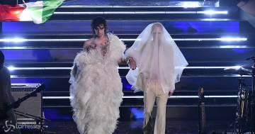 Sanremo: Achille Lauro si presenta vestito da sposa e bacia Boss Doms