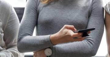 Scopre che il fidanzato la tradisce grazie alle impostazioni Wi-Fi del suo cellulare