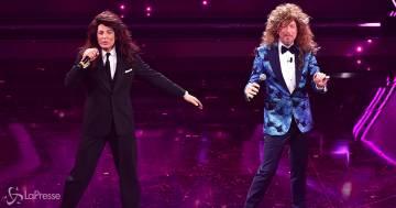 A Sanremo, Amadeus e Fiorello cantano 'Siamo donne, oltre le gambe c'è di più'