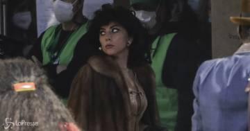 Lady Gaga in Gucci con Adam Driver: dal set spunta la pausa 'panzerotto' in piazza Duomo