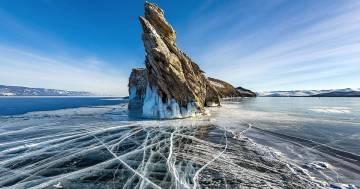 Rocce su piedistalli di ghiaccio: il raro fenomeno avvenuto al lago Bajkal
