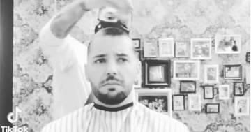 Il barbiere deve affrontare la chemio, il suo collega si rasa i capelli come lui