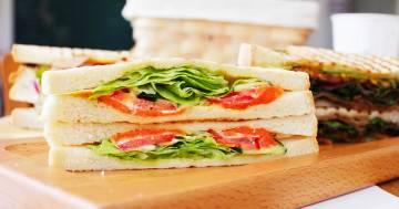 La moglie gli prepara i panini ogni giorno, lui li vende per pagarsi il ristorante
