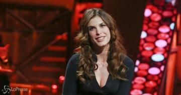 Elisabetta Canalis, l'outfit in top e jeans è perfetto