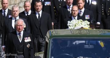 Le lacrime di Carlo e il riavvicinamento tra Harry e William: le foto del funerale del principe Filippo
