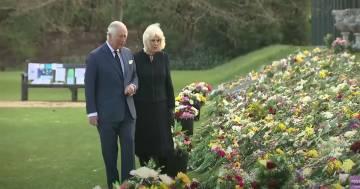 L'omaggio commosso del principe Carlo al padre Filippo a Marlborough House