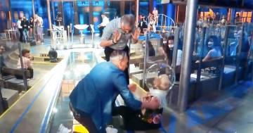 """Incidente a """"Avanti un altro"""", il concorrente cade insieme alla valletta: il video"""