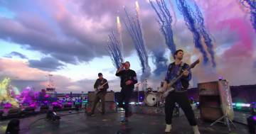 Ologrammi e fuochi d'artificio colorati, il live dei Coldplay sul Tamigi è stato incredibile