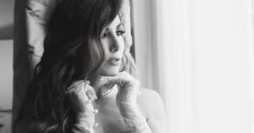 Un bianco e nero elegante: la foto in topless di Elisabetta Gregoraci