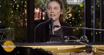 """L'emozionante """"Hallelujah"""" cantata da Frida, la figlia di Stefano Bollani"""