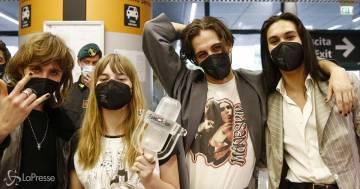 I Maneskin tornano in Italia dopo il trionfo all'Eurovision: le foto del loro arrivo a Fiumicino