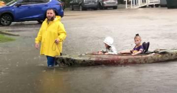 Alluvione in Louisiana: il padre va a prendere i figli a scuola con un kayak