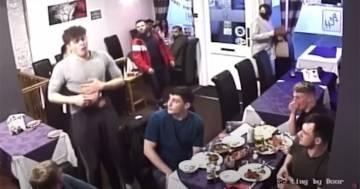 Il cameriere eroe che salva la vita al cliente con la manovra di Heimlich: ecco il video
