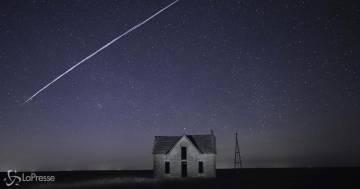 Una scia di puntini luminosi è stata avvistata in cielo: sono i satelliti Starlink