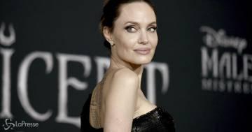 Angelina Jolie si è fatta un nuovo tatuaggio (ed è in italiano): ecco cosa ha scritto