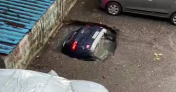 L'auto viene inghiottita da una buca nel parcheggio: il video diventa virale