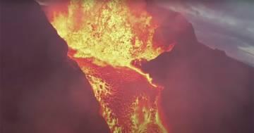 Il drone precipita nel vulcano in eruzione: le immagini sono spettacolari